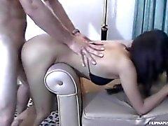 Smala bar hora gör vits duden hemsöka hennes Asiatiskt pussy