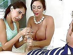Große Brüste Milf Flotter Dreier Sitzung die auf dem Bett