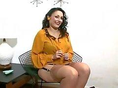 Brunette Strips och spelar i underkläder