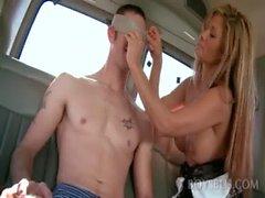 Hétéro nues obtenir de sa première Blowjob gaie dans l'autocar