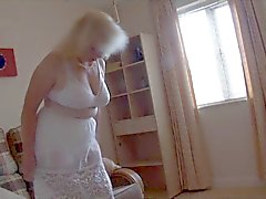 Rijpe dame in witte lingerie