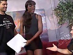 Garota negra Ana Foxxx throated e fodida por dois brancos