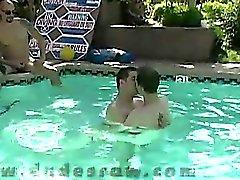 Die Partei beginnt bei 6 Mann all heraus hängt am Pool,