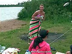 Seksikäs , humalassa ja kuuma viikonloppu joen rannalla