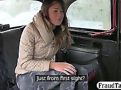 Simpatico pulcino dilettanti scopata la sua figa pelosi all'interno della cabina