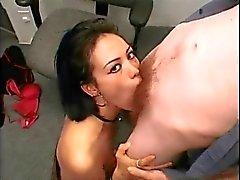 Asiáticos deepthroats menina menino branco em um escritório