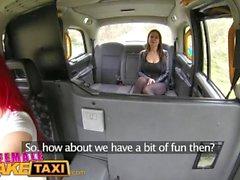 Fake Taxi Femminile Ragazze bizzy cornee in orgasmi di lesbica del sedile del taxi