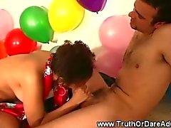 Jugendlich Hobby Dick saugt at party und kippe genug kriegen