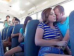 Maddy realiza la cabeza en el interior de autobús
