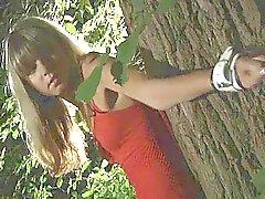Jonge kutje vastgebonden in het bos
