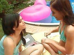 Sexy delle lesbiche brunette capelli scopare al bordo piscina