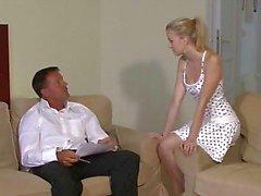 Härlig ung blondin faller för hennes BF pappa