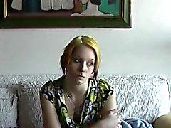 Procesamiento de plátanos con adolescente tímido fresco Eva