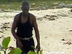 Deux salopes baisées sur la plage - Laetitia
