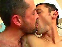 Sexuels macho minces (avec doux baiser )