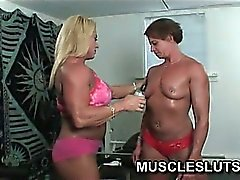 Muscle babe gets naked for workout in the gym