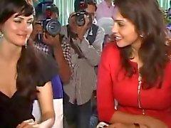 Yana Gupta utan trosor upskirt på välgörenhetsgala