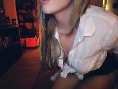 tiras rubias distintivos de su ropa y expone su s