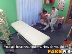 Tupakointi kuuma tytön viettelee lääkärin sekä hänet entinen poikaystävä