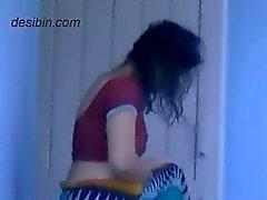 Naapurissa desi bhabhi muuttuvat mekko parvekkeella
