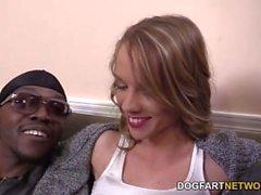 Beckie Lynn Debuts en la leva con una pandilla interracial