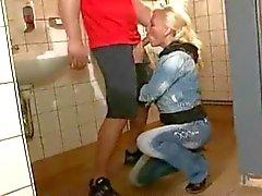 MILF allemande blonds dans tous les trous de les toilettes publiques
