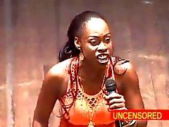 Afrikanisches Frauen Komiker tiefen Kehlen dem Dildo