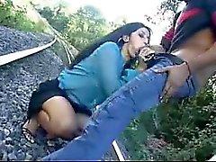 latina caliente obtiene mamada que es resistente en las vías del tren