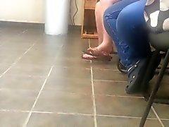Vif étudiante flip flop = Shoeplay pieds se balançant
