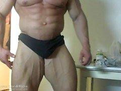 Hot Muscle Men böjning och visar sin kuk och röv
