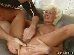 La nonna calda ottiene il suo pussy pelosa e culo scopare