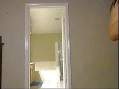 Yatak odasında yeryüzündeki blanket üzerinde fisting ve fışkırtma gösterisi