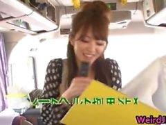 Crazy Aziatische babes zijn het nemen van een bus tour