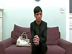 Menina morena posando em sofá velho