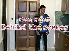 Bee Poses forma sexy mostra do chão O menino asiático
