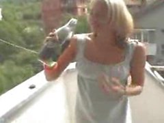 Loura alemã escória bebidas próprio mijar de uma garrafa