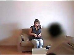 Hot loira está no sofá de fundição e come pau e enfia