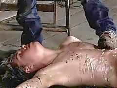 Мужской гитлеровское кабалы геев прикованным к полу склада а Una
