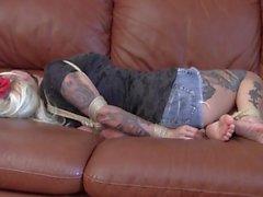 Couch_hogtied_tattoo tyttö
