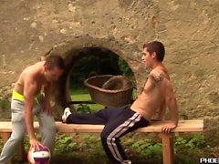 Snygga unga män gör anal kärlek utomhus efter volleyboll