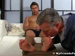 Ноги и пальцы облизывать с горячим чуваком