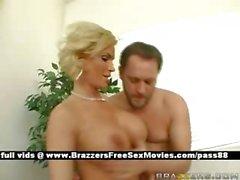 D'âge mûr blonde salope plantureuse nus de travail sur la table de