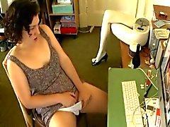 pillada frente al ordenador masturbandose