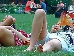 spion mamma och unga dotter i parken del 2