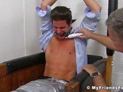 Sergey ottiene il suo intero corpo solletico ed i suoi piedi leccare da un amante