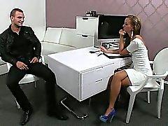 Bir uyum kadın ajanı dövmelerle adam sikikleri