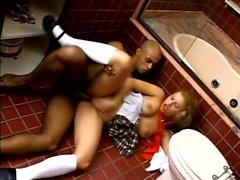 Verführerisch Latina Babe ruft von einem schwarzen Kerl im Badezimmer genagelt