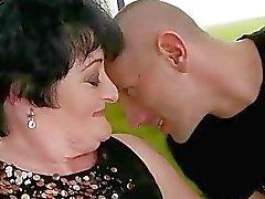 Fett Granny knullas av ung man