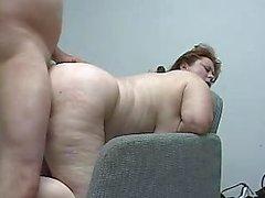 Busty Pierced Äiti Gets Ass survotaan