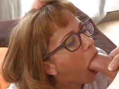 Hausfrau in Gläser blasen und verdammt Hahn